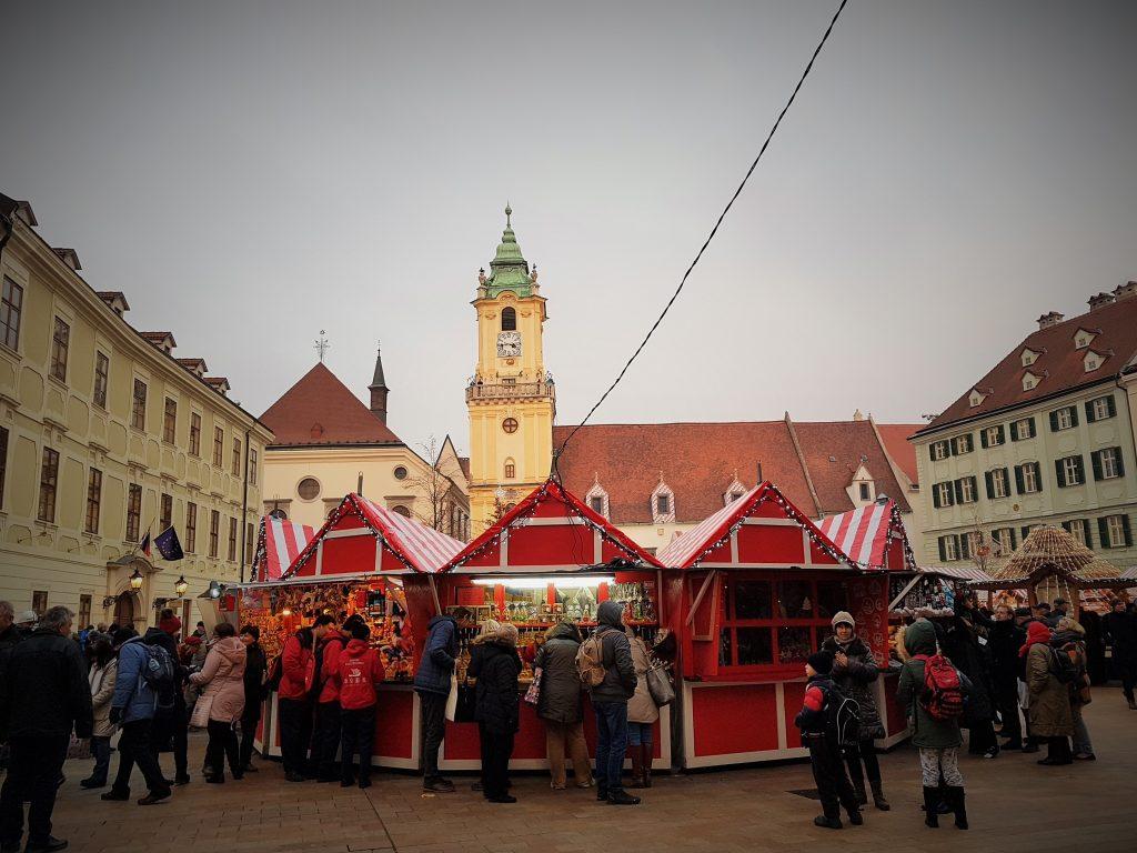 Bratislava Weihnachtsmarkt mit Marktsänden und Blick auf Kirche