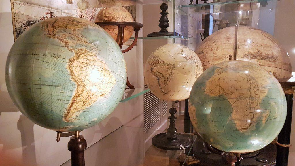 verschiedene Globen aus dem Globus Museum Wien