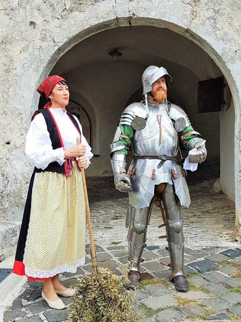 Mann in Ritterrüstung und Frau in kroatischer Tracht
