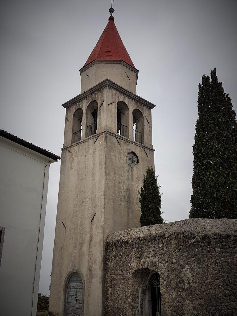 eckiger Turm mit spitzem Dach