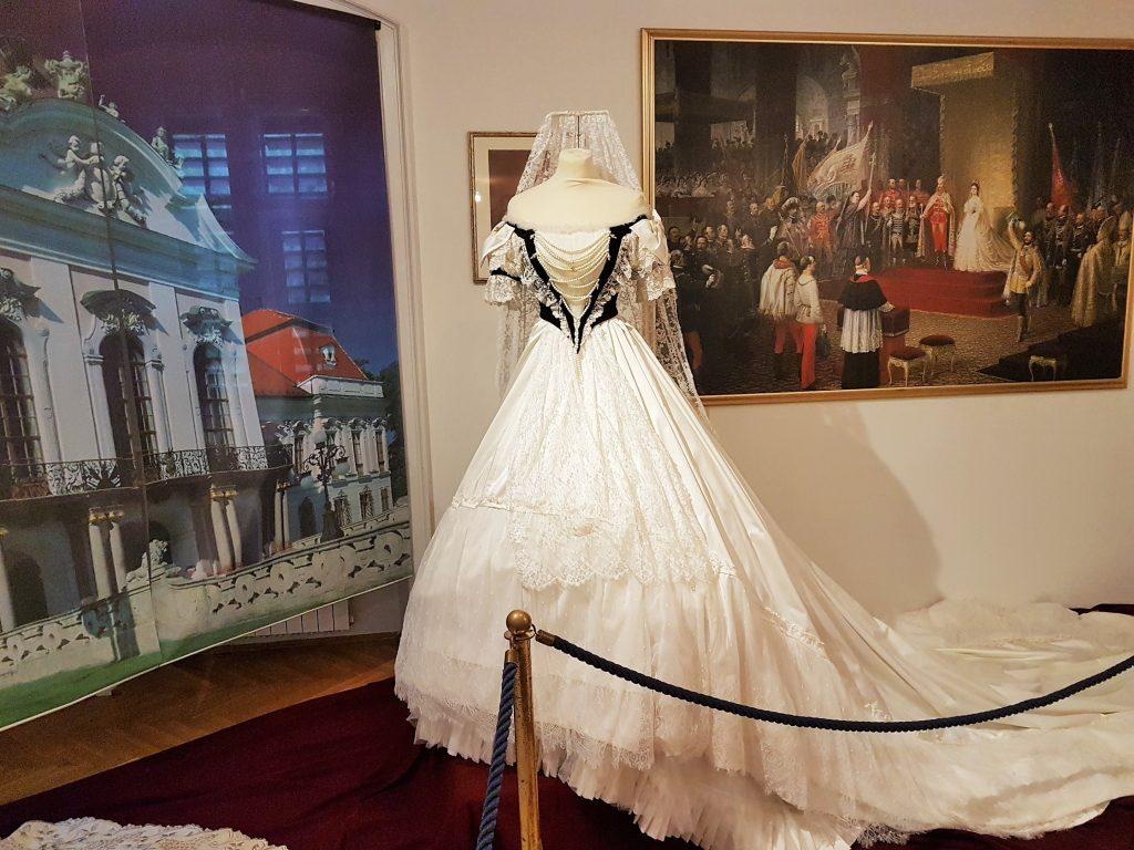 Ausstellung eines prachtvollen Kleides Kaiserin Sisi