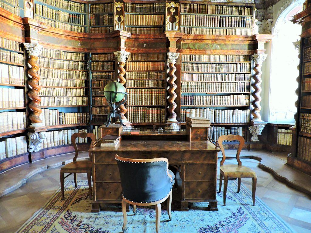 prächtige Klosterbibliothek von Nova Rise mit Schreibtisch und Bücherregalen
