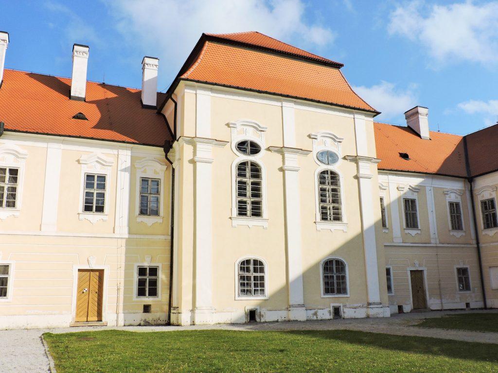 Innenhof des Klosters Nova Rise mit Grünfläche