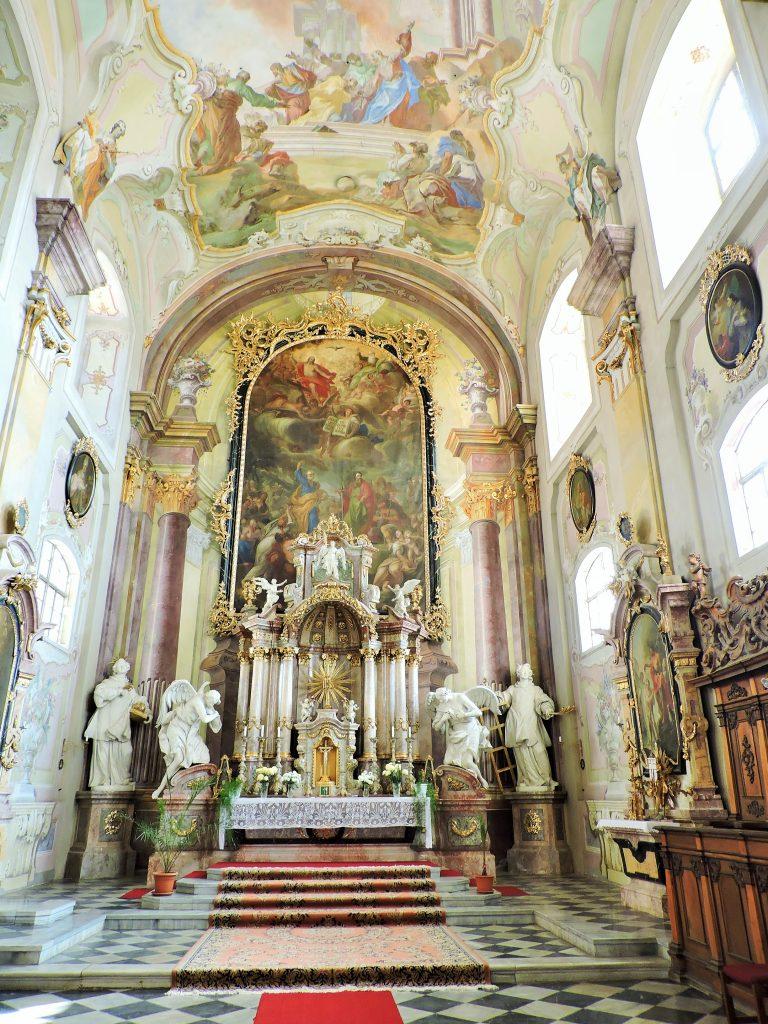 prachtvolle Kirche mit Altar