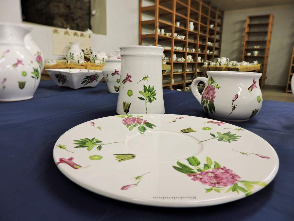 mit Pflanzenmustern bemaltes Keramikgeschirr