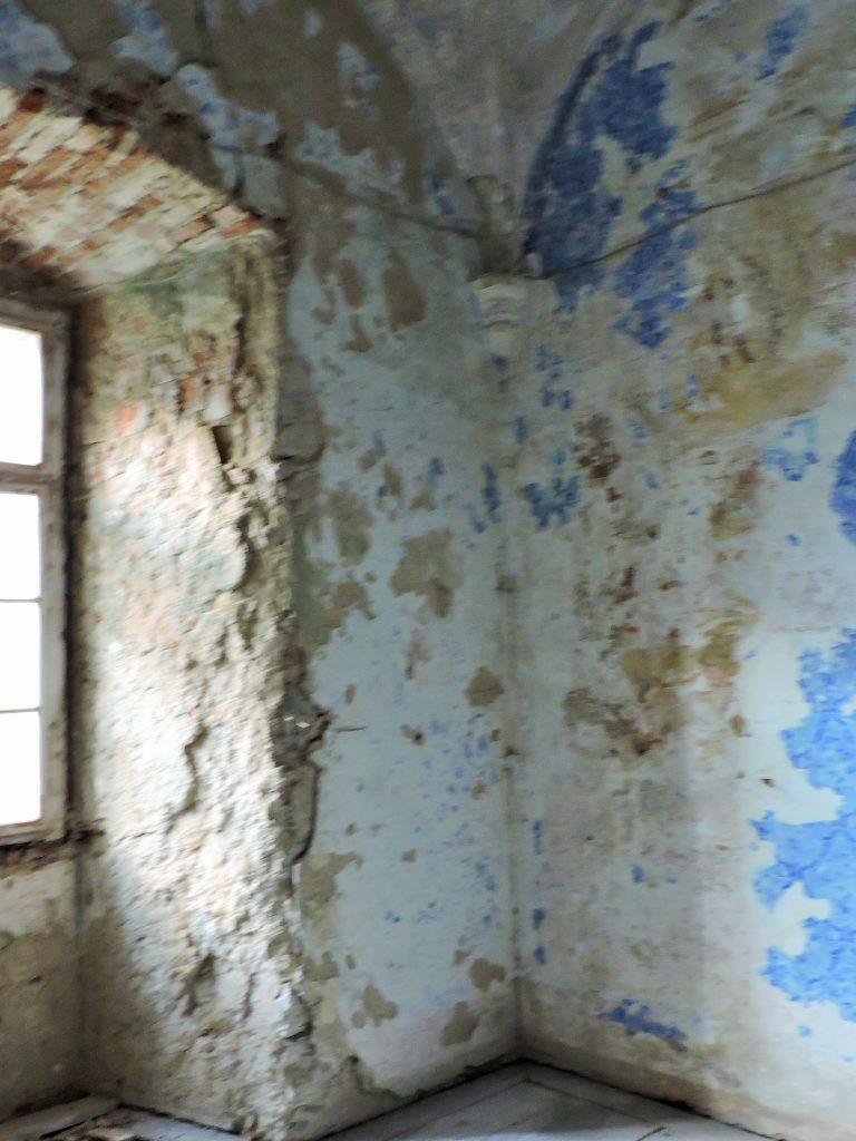 desolates Mauerwerk eines historischen Raumes mit Fenster