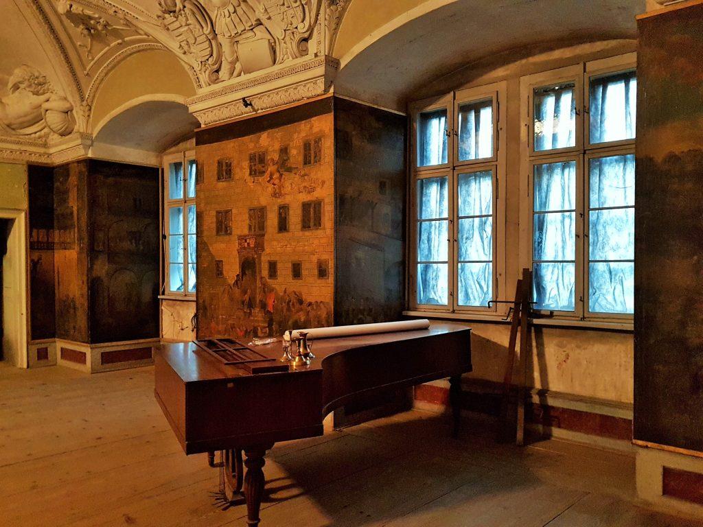 Prunksaal mit Piano im Schloss Brtnice