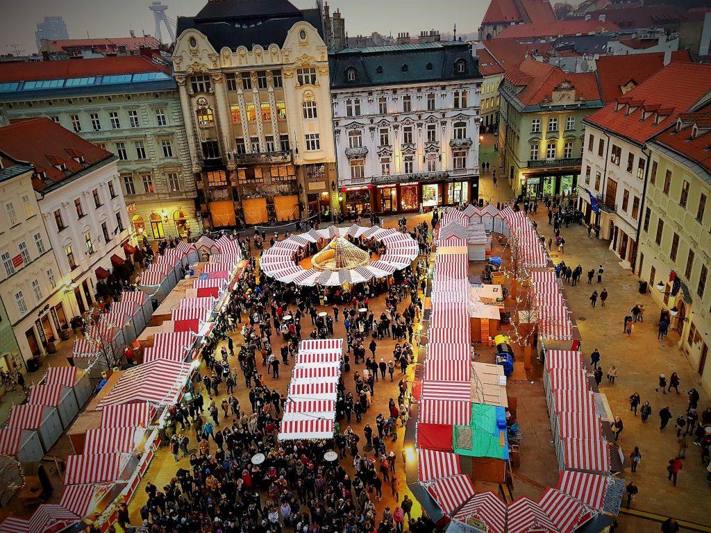 Blick von oben auf Weihnachtsmärkte Bratislava