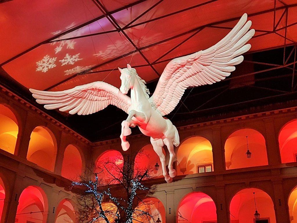 weißer Pegasus flWeihnachtsmärkte mit besonderem Flair,iegend in der Wiener Stallburg