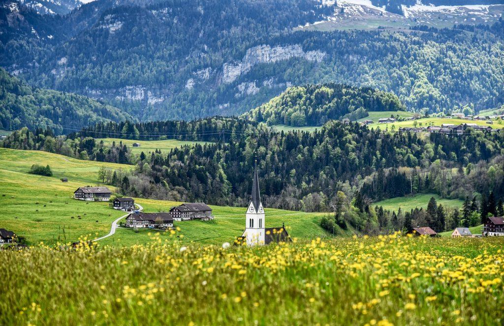 grüne Landschaft im Bregenzerwald mit Kirchturm