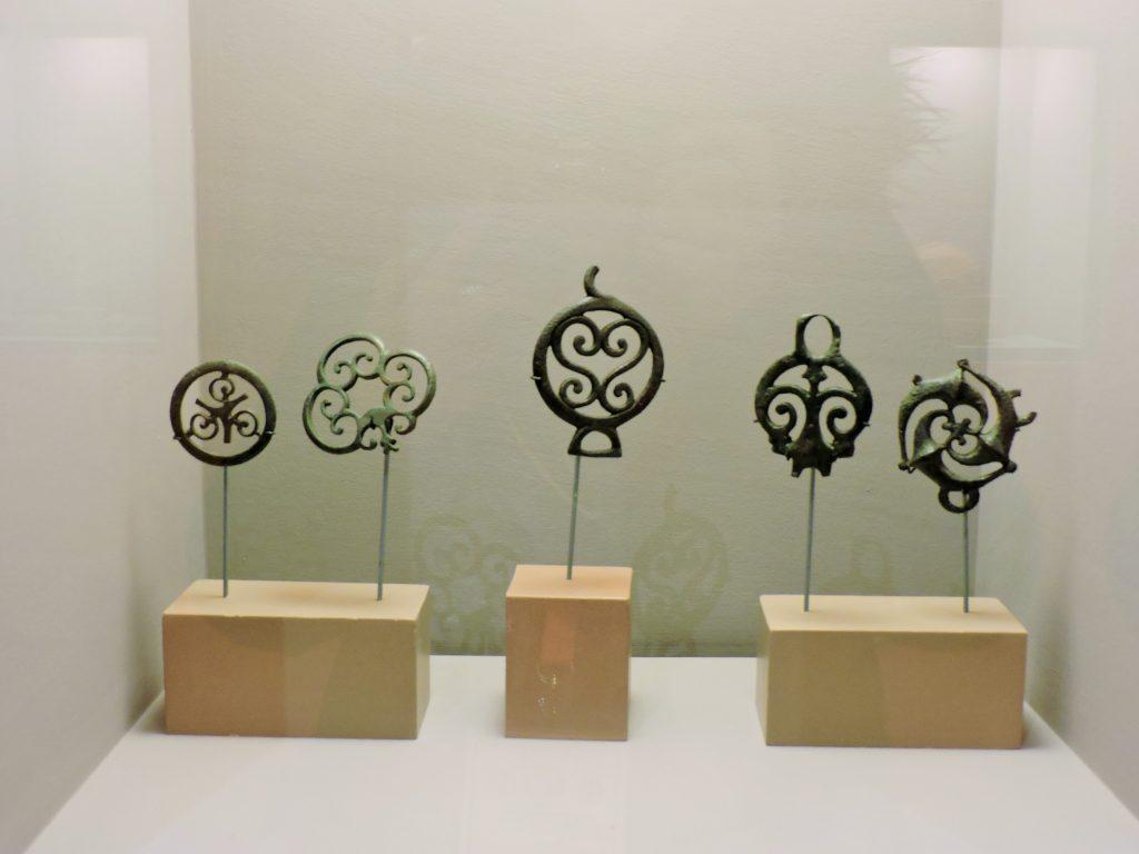 antike Exponate in Museums-Vitrine
