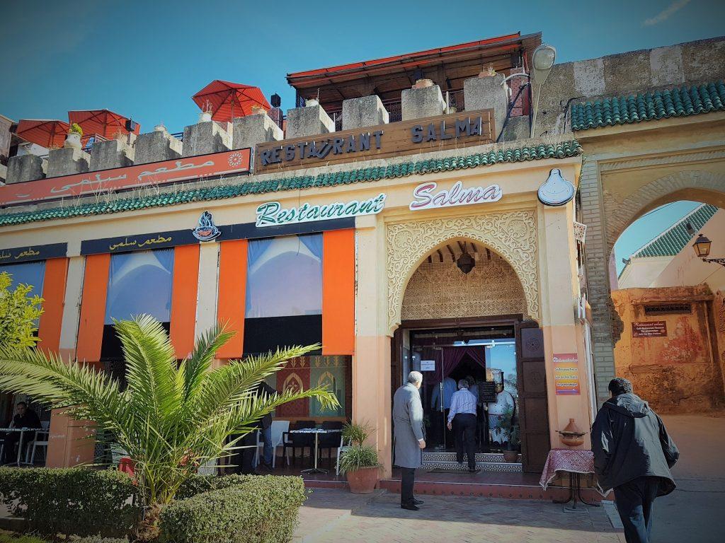 Menschen gehten in das Restaurant Salma in Meknes Marokko