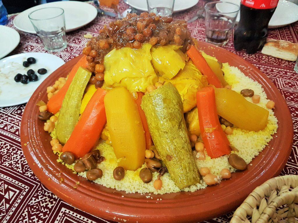 marokkanisches Tajine Gericht mit Gemüse und Couscous