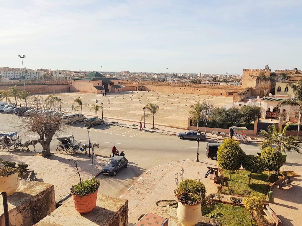 Panoramablick von oben auf historischen Platz in Meknes Marokko