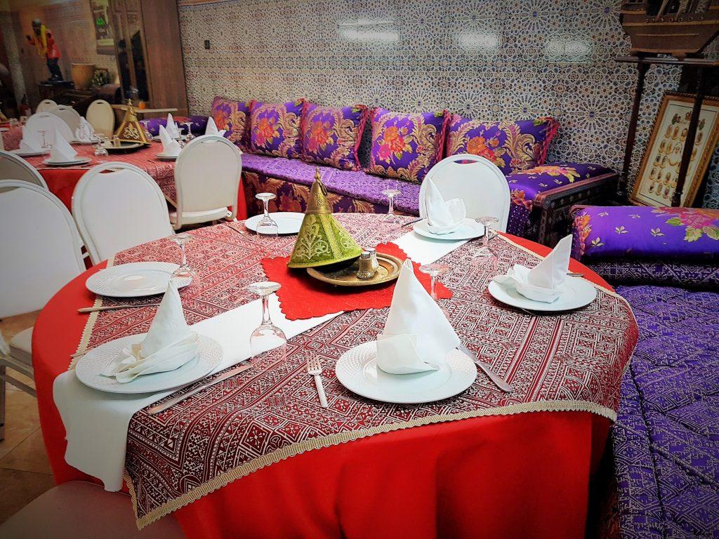 Ess-Kultur Marokko: schön gedeckter Tisch im Restaurant