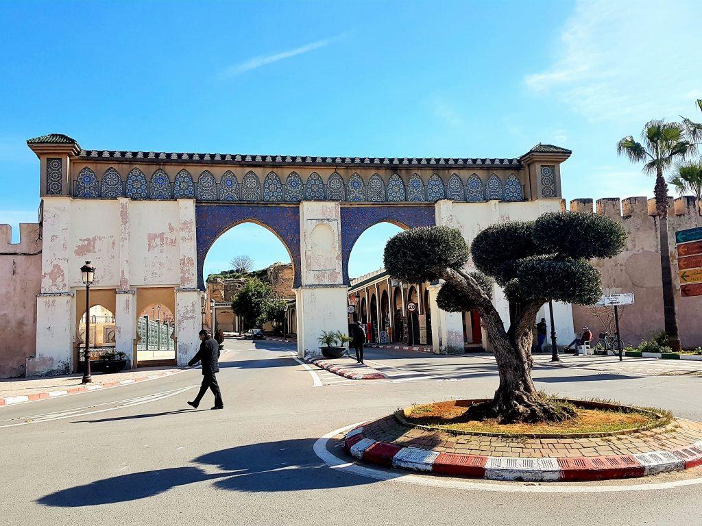 Stadttor von Mekens Marokko mit Platz davor