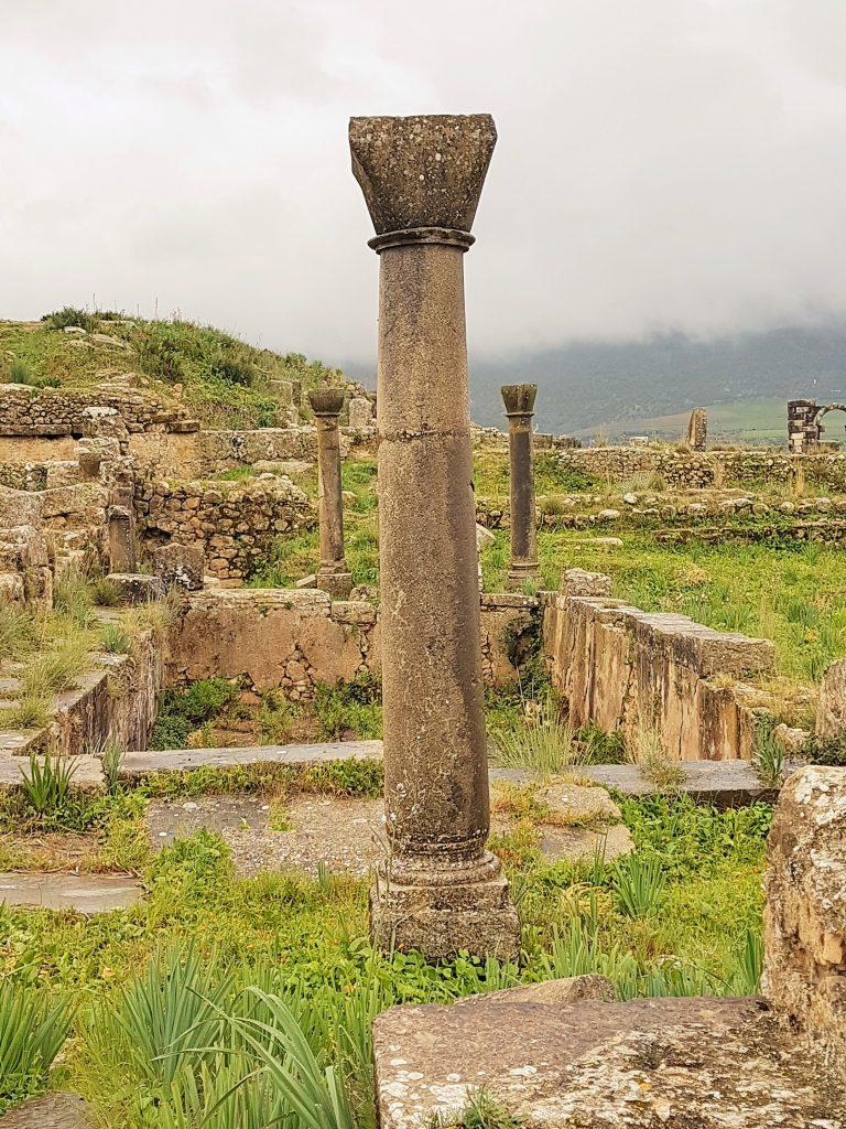 Säule inmitten von Ruinen in Marokko