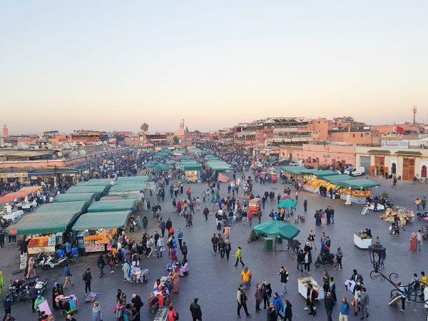 Platz Jemna el-fna in Marrakesch mit Menschenmassen