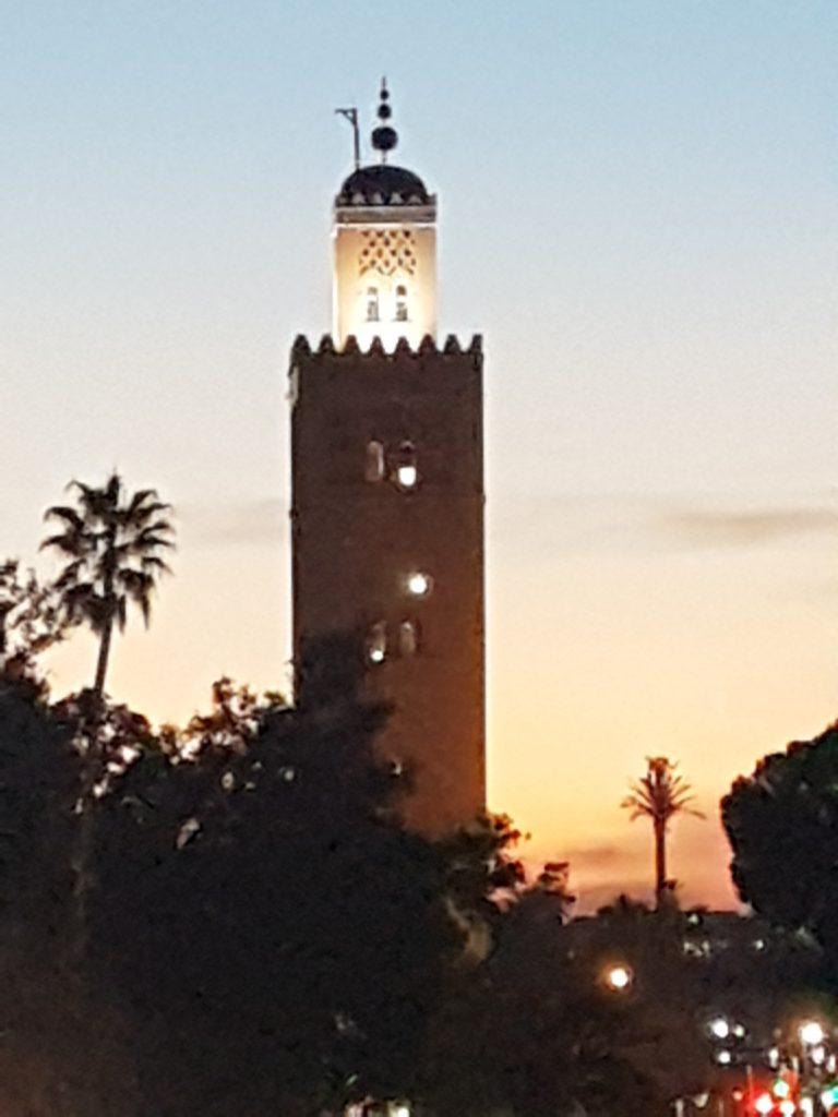 Djemaa el-fna mit der Khoutubia Moschee ist eines der Marrakesch Highlights
