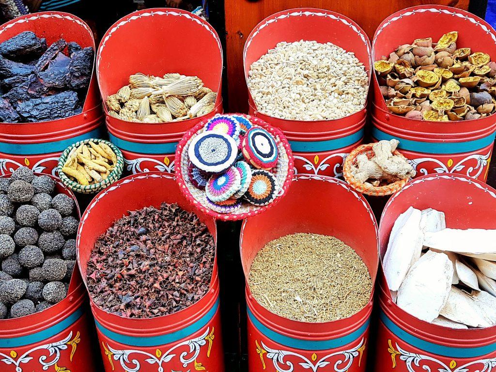 bunte Behälter mit orientalischen Gewürzen
