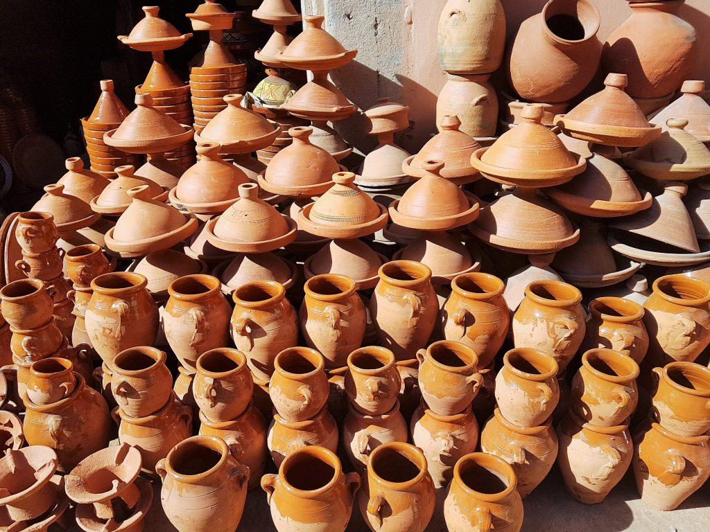 marokknaische Gebrauchskeramiken aufgetürmt