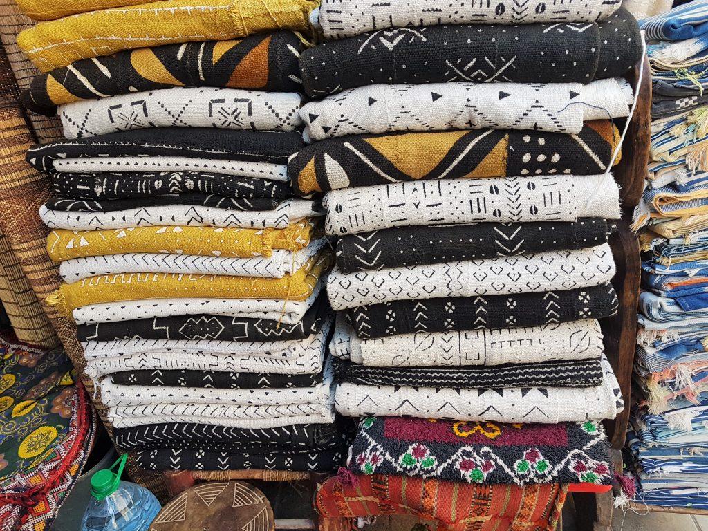 marokkanische Stoffe aufgetürmt