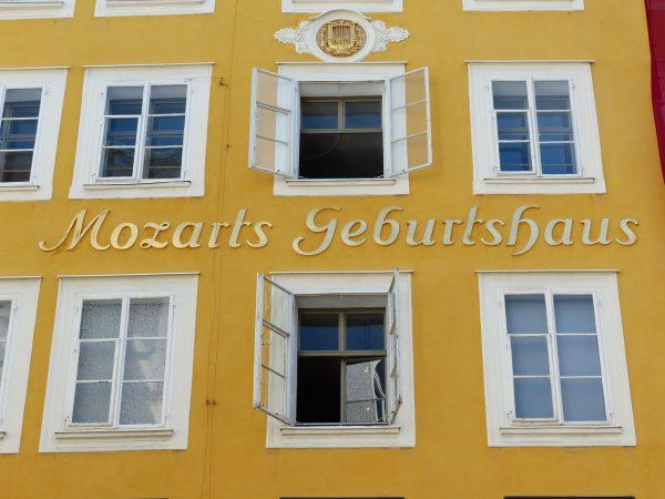 gelbe Fassade des Mozart Geburtshauses