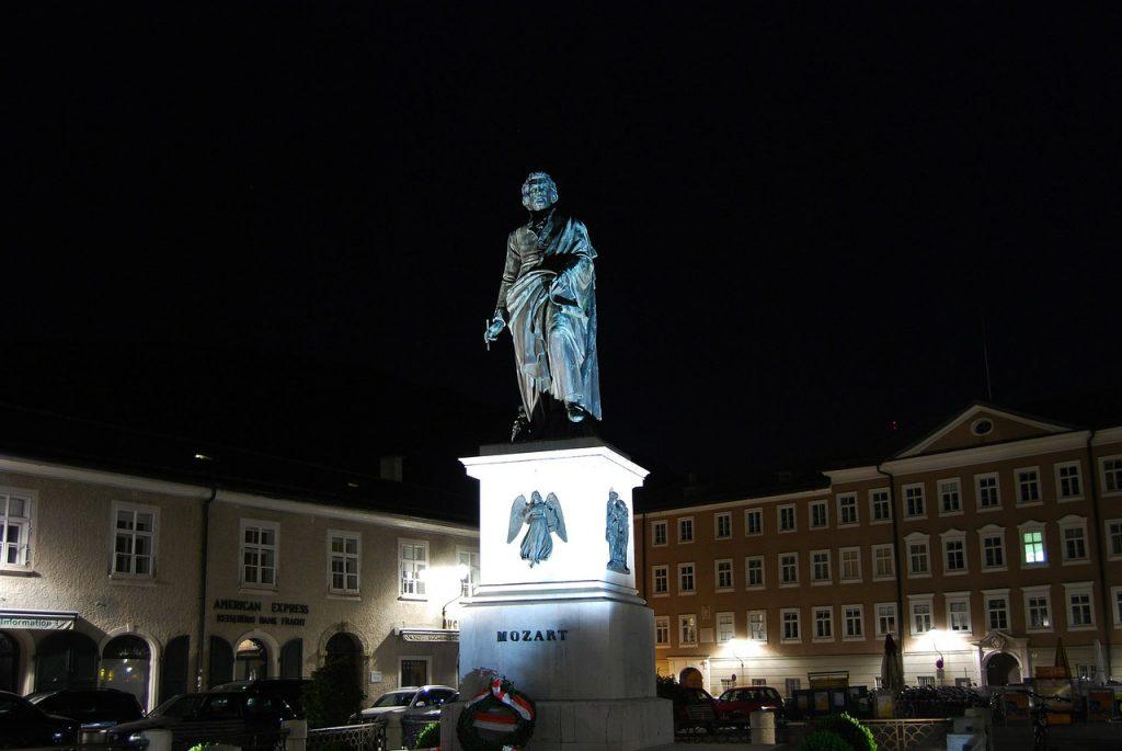 Mozartstatue in Salzburg bei Nacht