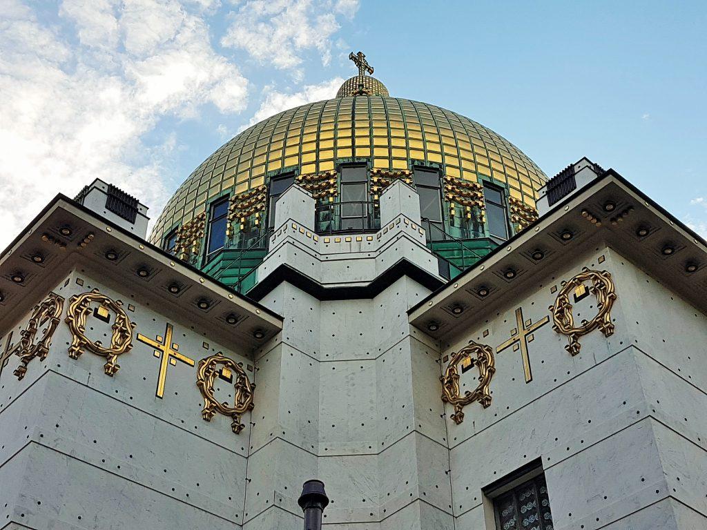 goldene Kuppel der Kirche am Steinhof Wien