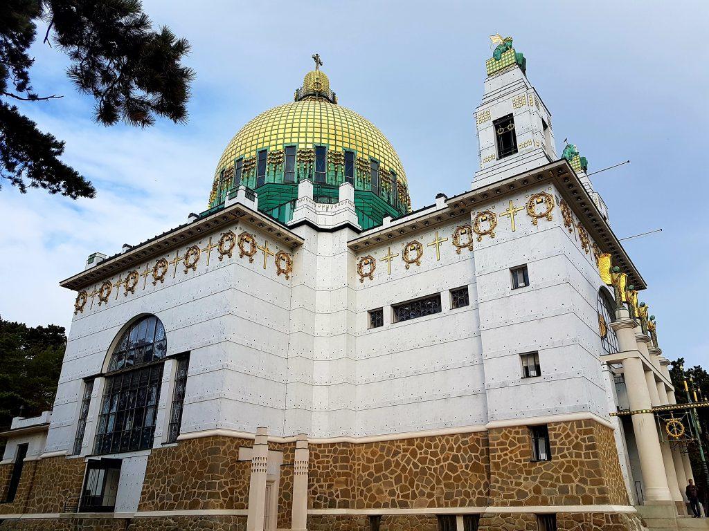 Kirche mit goldener Kuppel im Jugendstil