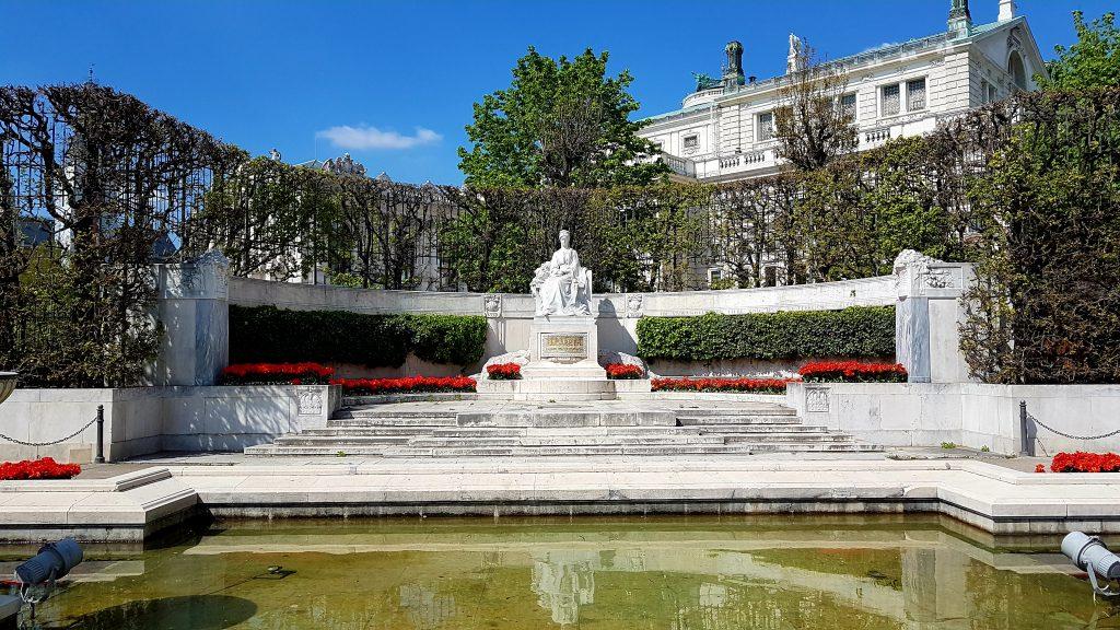 Kaiserin Sisi Denkmal aus weißem Marmor in Wien