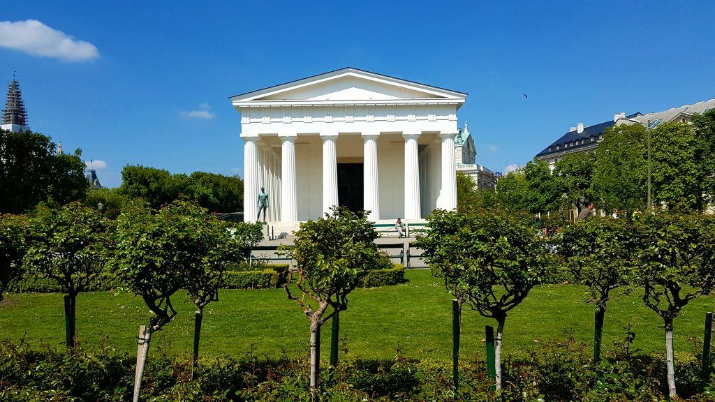 weißer Tempel im Volksgarten Wien mit Rosenstöcken davor