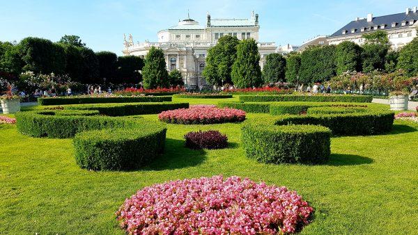 Parkanlage des Volksgarten Wien mit Burgtheater Ansicht