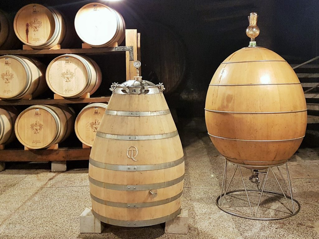 Weinfässer in Eiform, Region Brda