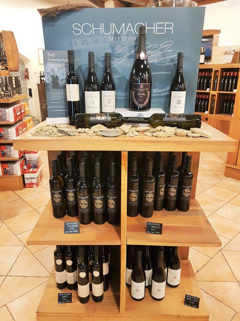Weinregal mit Weinflaschen