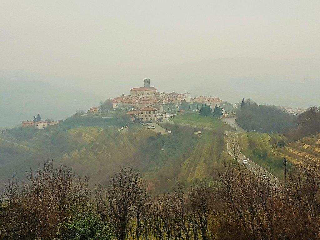 Wein Region Goriška Brda Slowenien mit Dorf auf Hügeln