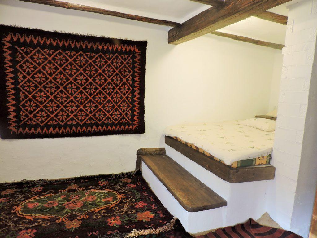 Raum mit Stufen-Bett und Teppich