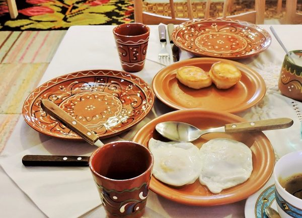 ländliches Frühstück auf braunen Keramiktellern