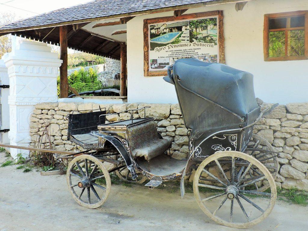 alte Pferdekutsche vor einem Haus in Butuceni Moldawien