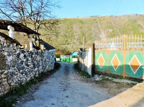 buckelige Dorfstraße in Moldawien
