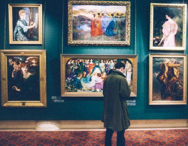 ein Mann macht einen Museums-Rundgang
