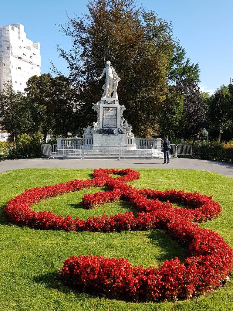 Mozart-Denkmal mit Violinschlüssel aus roten Blumen