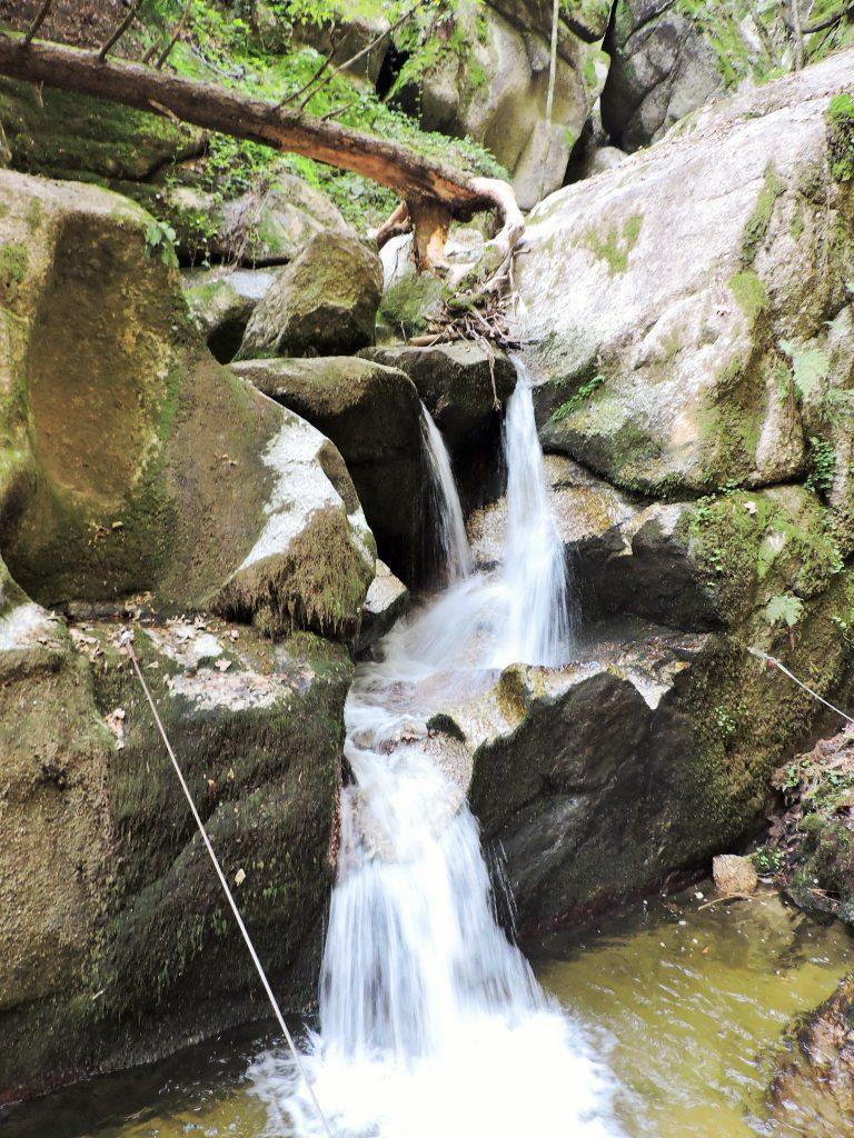 Wasserfall über großen Felsen