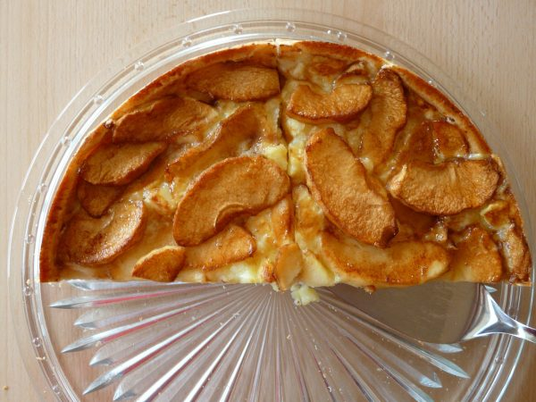 karamellisierter Apfelkuchen auf einer Glasplatte