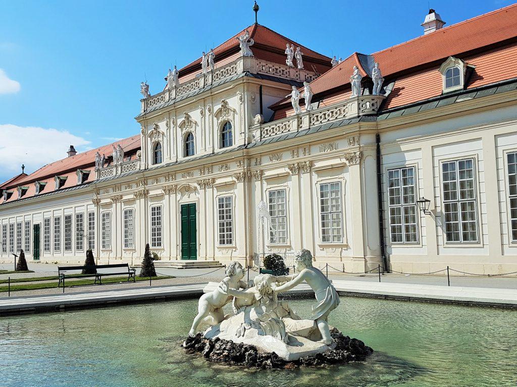 Barock Schloss mit Brunnen in Wien