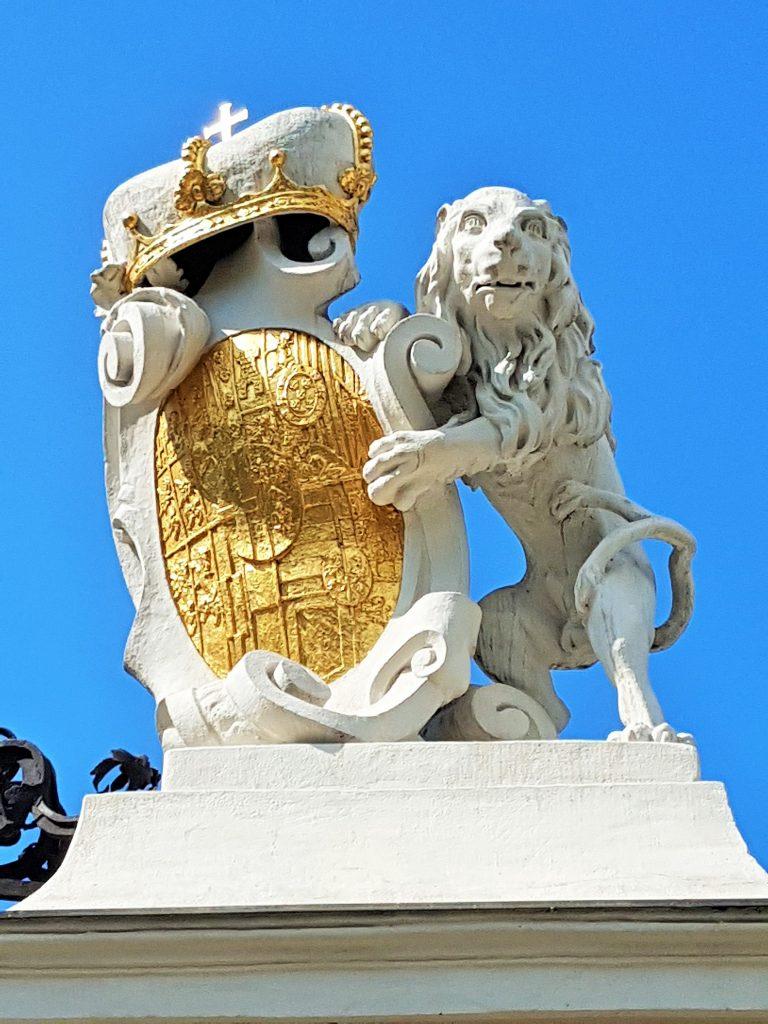 steinerner Löwe mit goldenem Wappen