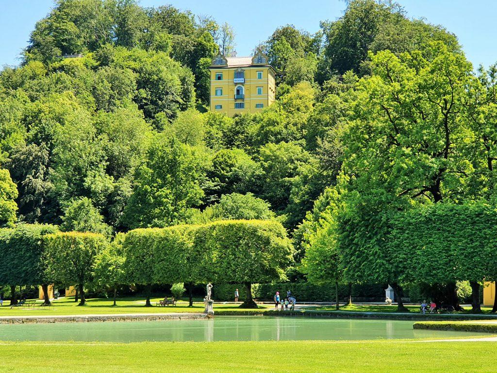 Monatschlösschen auf dem Hellbrunner Berg inmitten grüner Bäume