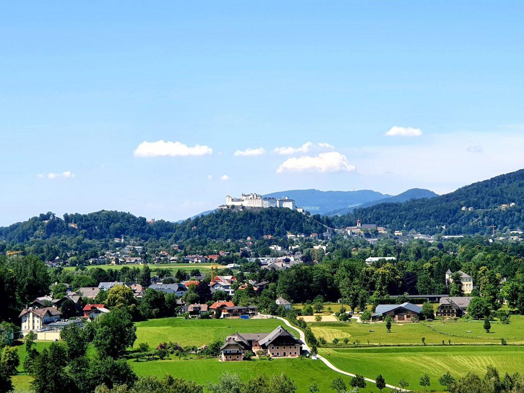 Panoramablick auf die Stadt Salzburg mit Festung und Berge