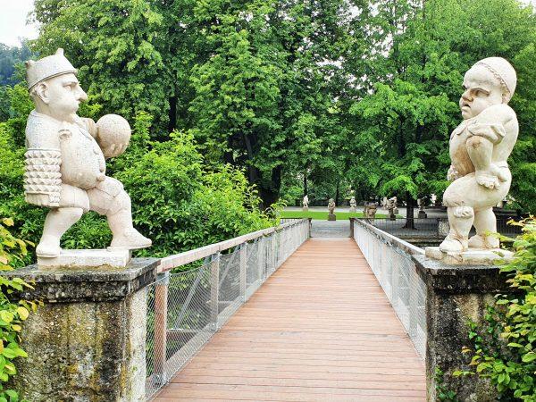 Zwei Zwerge als Sehenswürdigkeiten im Zwergelgarten Salzburg