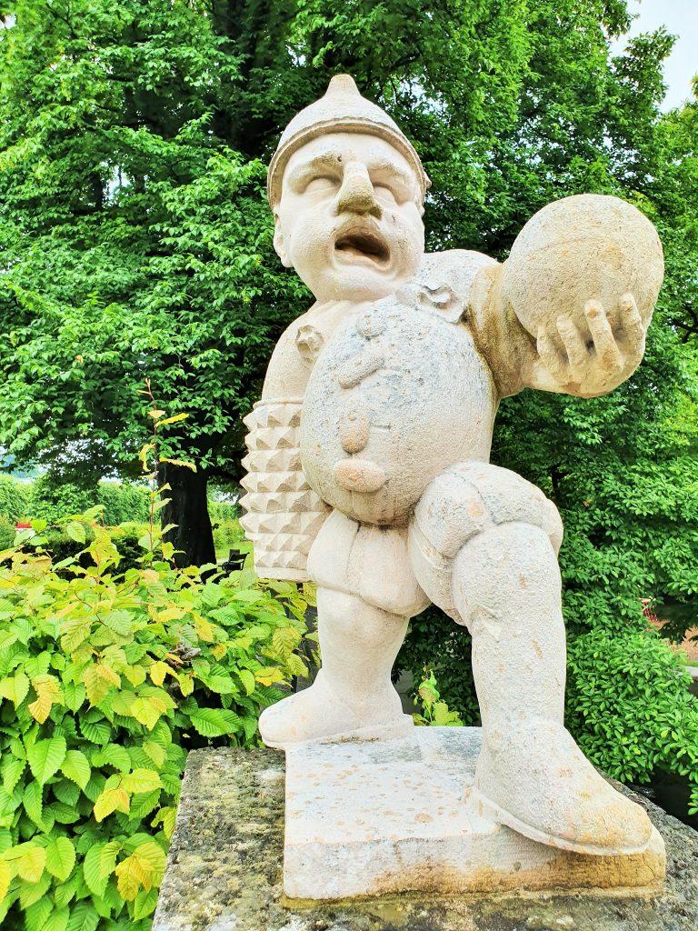 Zwerg mit Ball im Zwergelgarten Salzburg